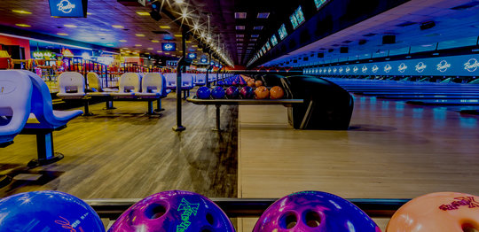 Ball return with bowling balls on the lanes