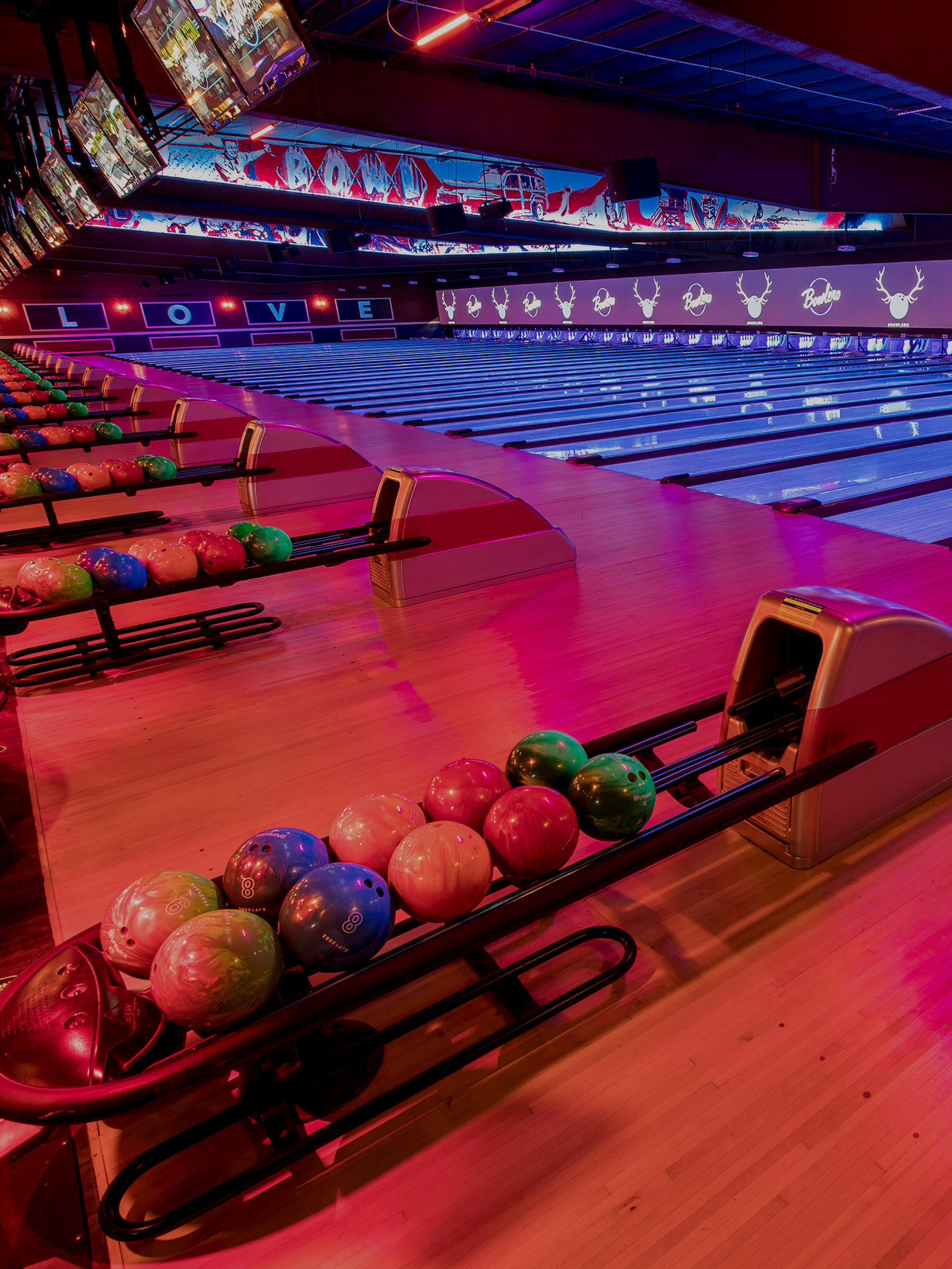 Bowling Alley & Lounge Area in Los Angeles | Bowlero
